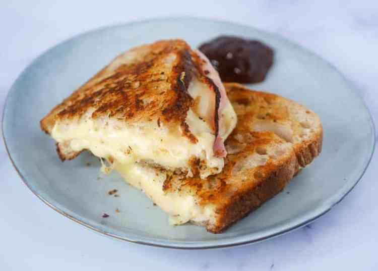 Tosti met kruidenboter, ham en kaas | Foodaholic.nl