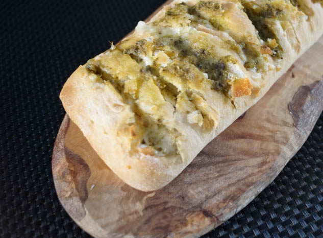 Snackbrood met mozzarella en pesto | Foodaholic.nl