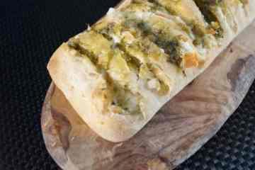 Snackbrood met mozzarella en pesto | Foodaholic.nl