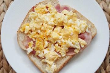 Broodje roerei met ontbijtspek   Foodaholic.nl