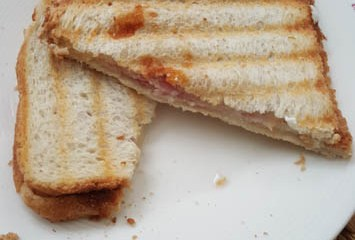 Tosti met geitenkaas en ontbijtspek | Foodaholic.nl