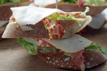 Stokbrood- sandwich met spek en kipfilet | Foodaholic.nl