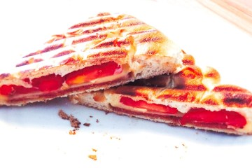 Tosti van Turks brood met sucuk, kaas en tomaat   Foodaholic.nl