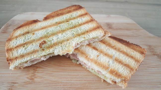 Tosti met mozzarella, pesto en ham | Foodaholic.nl