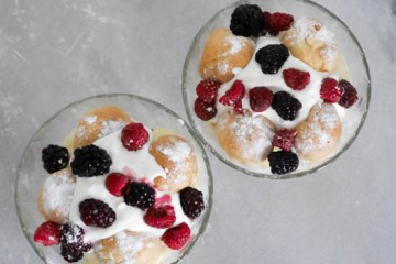 Toetje met cake, soesjes en fruit   Foodaholic.nl