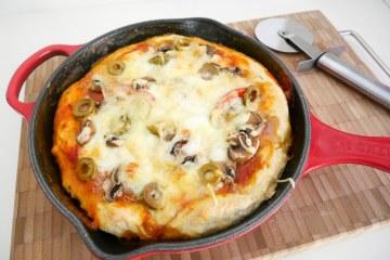 Panpizza met olijven, mozzarella en pesto | Foodaholic.nl