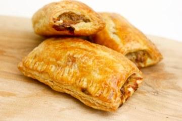 Saucijzenbroodjes met een Italiaanse twist | Foodaholic.nl