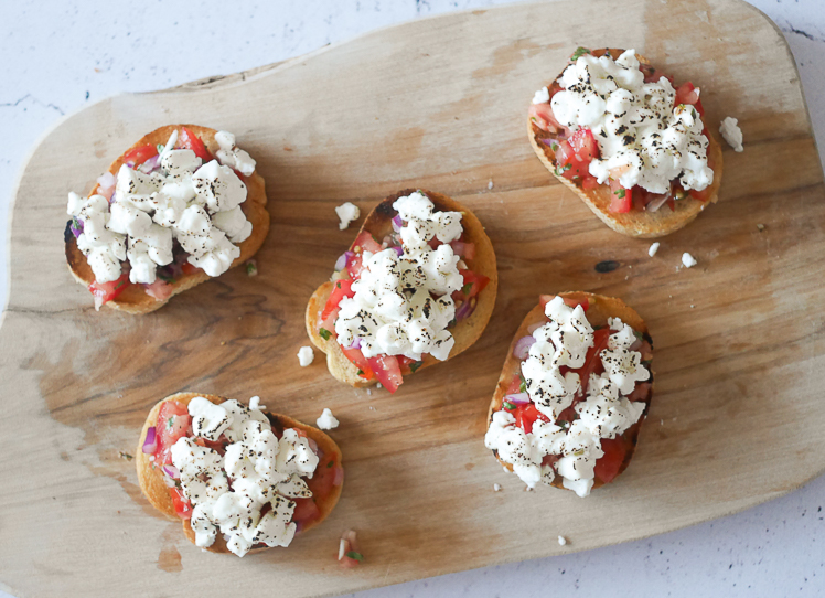 Crostini met tomatensalade en geitenkaas | foodaholic.nl