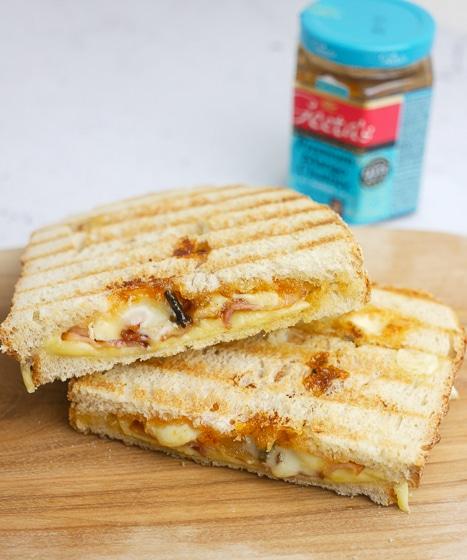 Tosti met kaas, brie, bacon en mangochutney | Foodaholic.nl