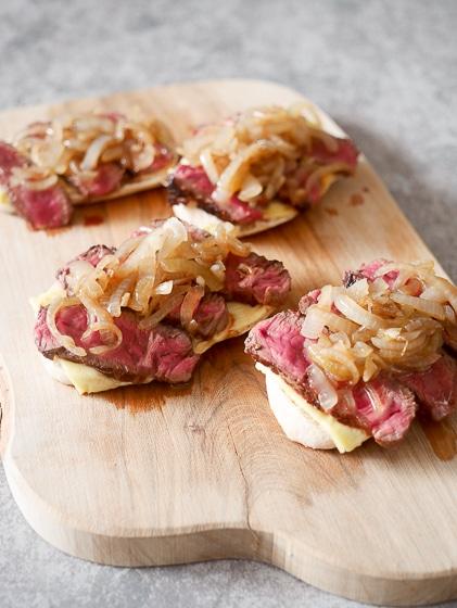 Snack broodje met kaas, rumpsteak en ui | Foodaholic.nl