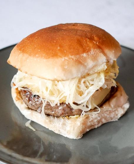 Burger met zuurkool, ananas en kaas | Foodaholic.nl