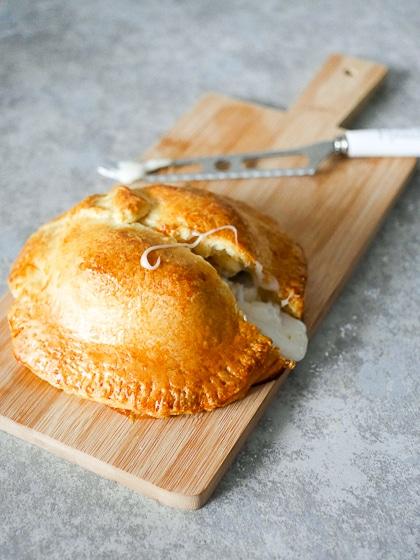Geitenbrie met appel in croissantdeeg | Foodaholic.nl