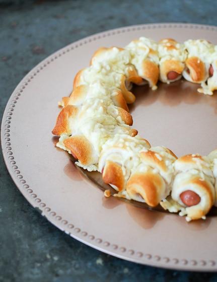 Krans van worstjes in croissantdeeg   Foodaholic.nl