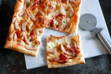 Plaattaart met stoofpeer, gorgonzola en pancetta | Foodaholic.nl