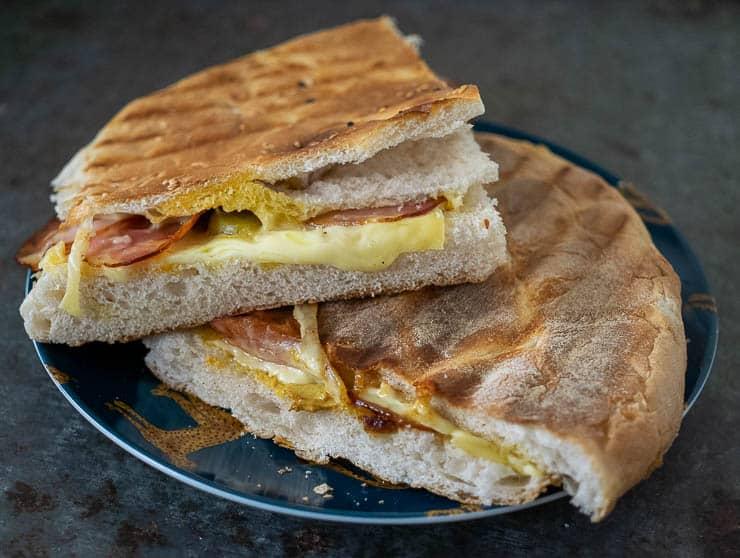 Tosti van Turks brood met Zeeuws spek | Foodaholic.nl