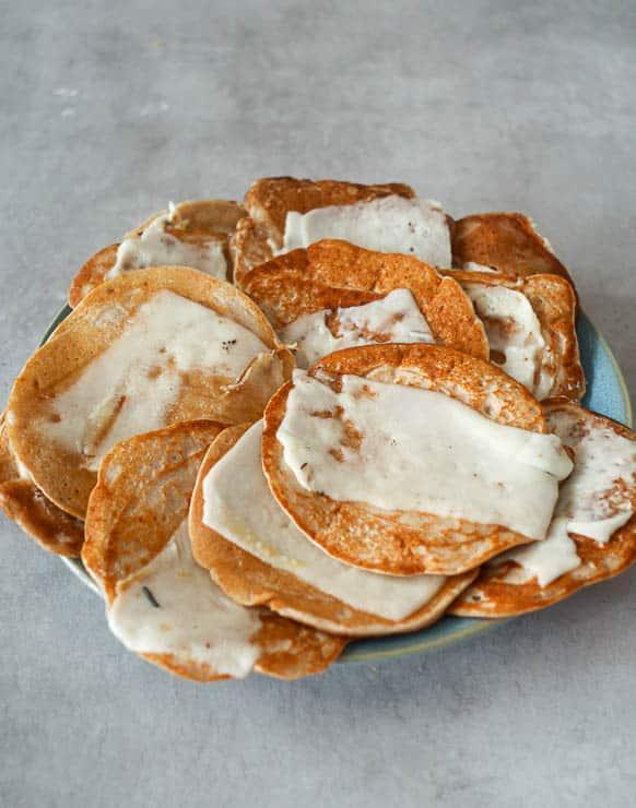 Boekweitpannenkoekjes met geitenkaas | Foodaholic.nl