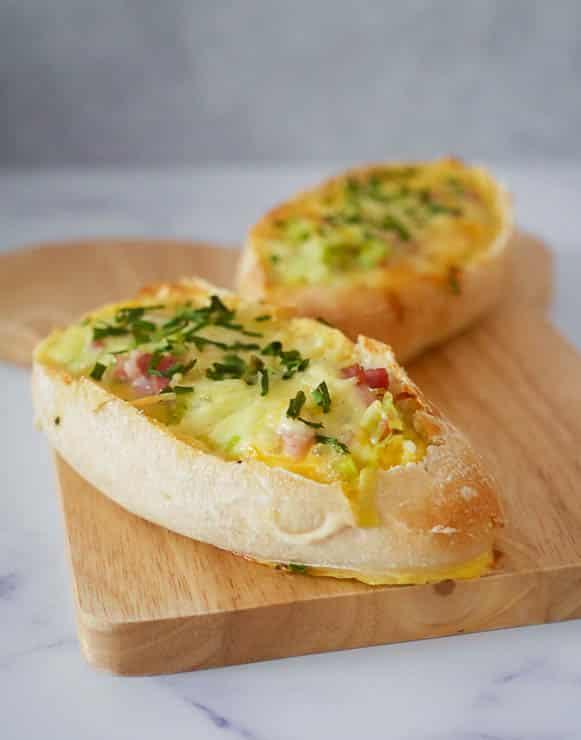 Broodjes gevuld met ei, spek, prei en kaas    Foodaholic.nl