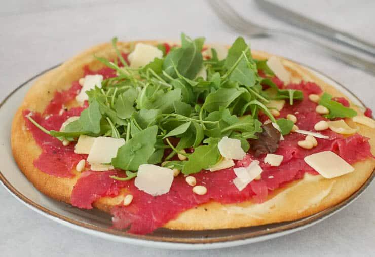 Bloemkoolbodem pizza met carpaccio