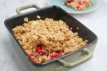 Havermoutcrumble met appel en frambozen | Foodaholic.nl