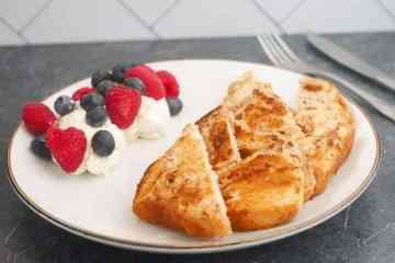 Gebakken suikerbrood met mascarpone en rood fruit   Foodaholic.nl