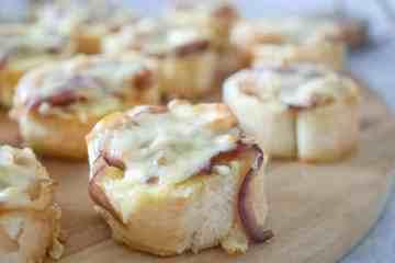 Kaas uien crostini's | Foodaholic.nl