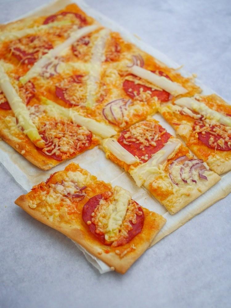 flammkuchen met asperges en chorizo | Foodaholic.nl