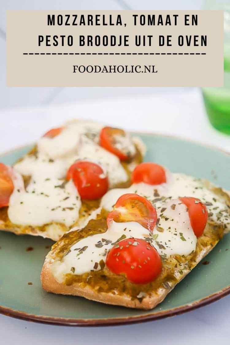 Mozzarella, tomaat en pesto broodje uit de oven | Foodaholic.nl