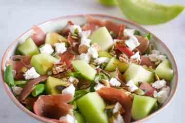 Salade met meloen, geitenkaas en rauwe ham | Foodaholic.nl