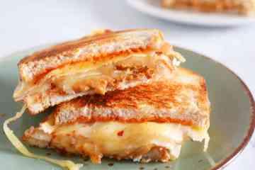 Tosti met kaas, kipfilet, pindakaas en sambal | Foodaholic.nl
