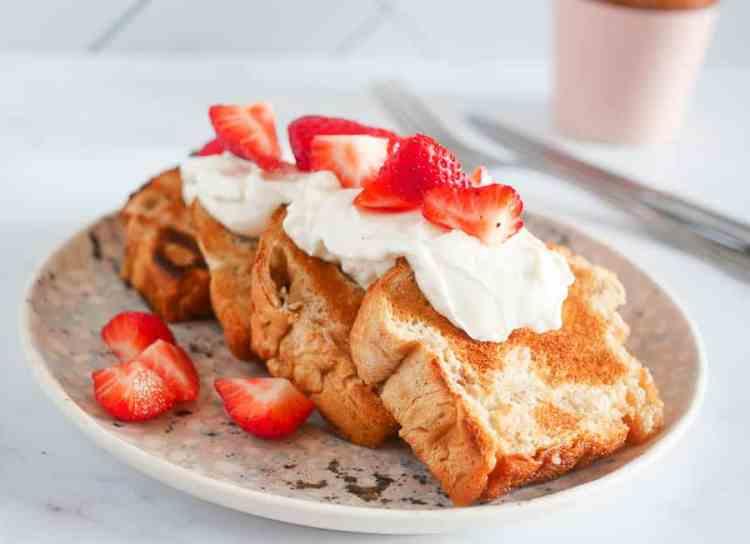 Getoast suikerbrood met yoghurt en aardbeien | Foodaholic.nl