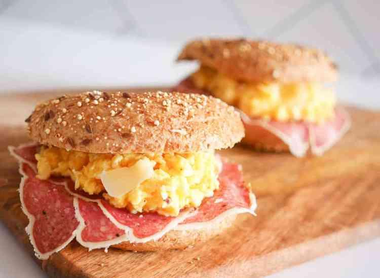 Bagel met truffelsalami, roerei en Parmezaanse kaas | Foodaholic.nl