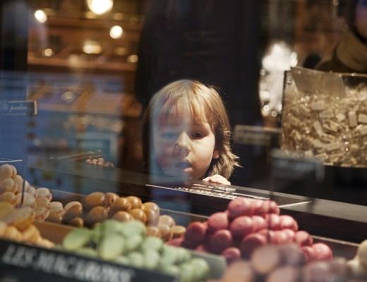 Parijs - kind in snoepwinkel