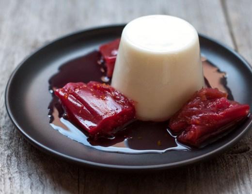 Gepocheerde rabarber en geitenmelk-rozemarijngelei
