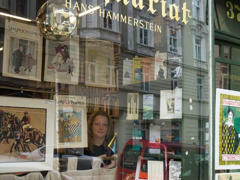 Petra Hammerstein, in ihrem Antiquariat in der Türkenstraße 37, München.