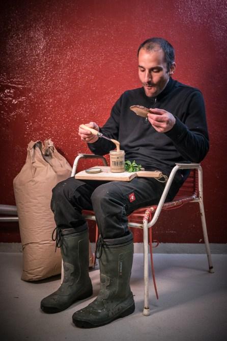 Die wohlverdiente Pause. Yuval Königstein testet seine Tahina auf einem Stück Schwarzbrot.