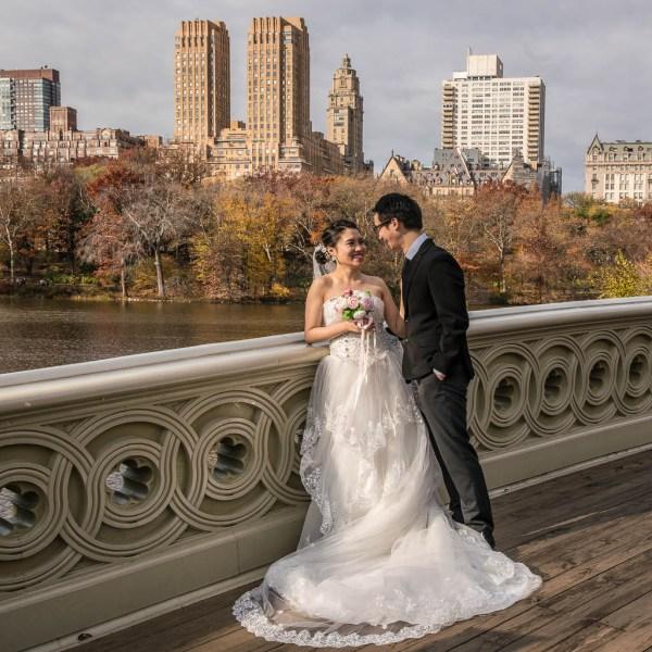 Hochzeitspaar auf einer Brücke im Central Park.