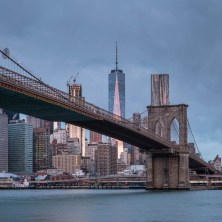 Blick auf die Brooklyn Bridge und die Skyline von Manhattan.