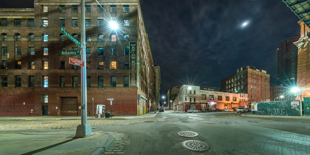 Straßenszene bei Nacht in Brooklyn, Ecke Plymouth Street zu Adams Street.
