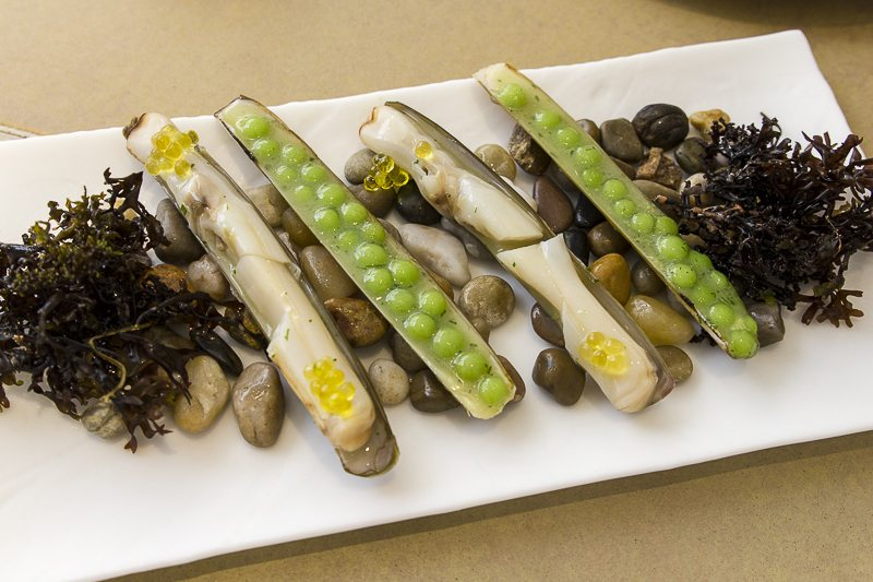 "Razor clams with peas in ""salsa verde"" Disfrutar"