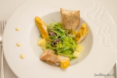 Šalát: Kuracie prsia v jogurtovom kari na listovom šaláte s ananásom a zázvorovo-pomarančovým dresingom