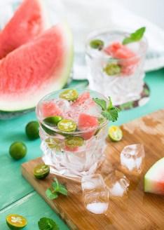 Per dissetarti dal caldo prepara una bibita fresca a base di anguria, lime e acqua ghiacciata! Ti sentirai subito rigenerato!