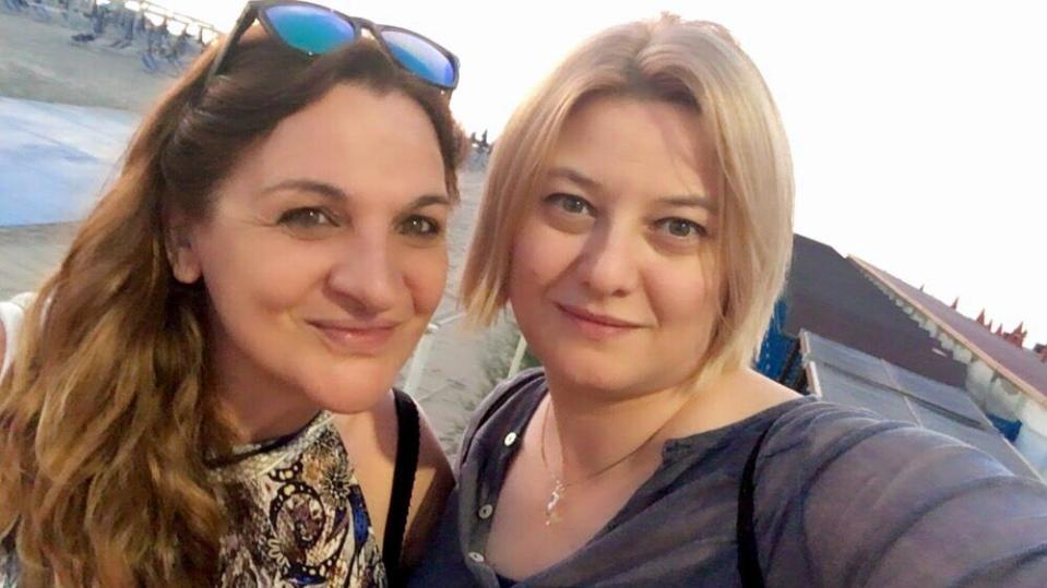 Due viaggiatrici: Moira e Raffaella in spiaggia, in toscana