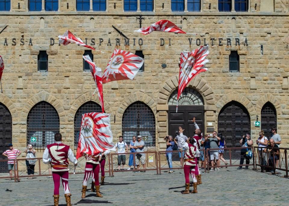sbandieratori in Piazza dei priori | Volterra 1398