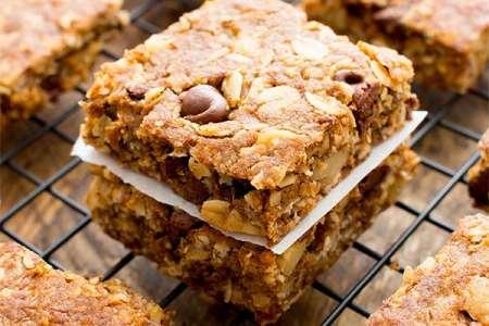 Peanut Butter Chocolate Chip Oatmeal Breakfast Bars