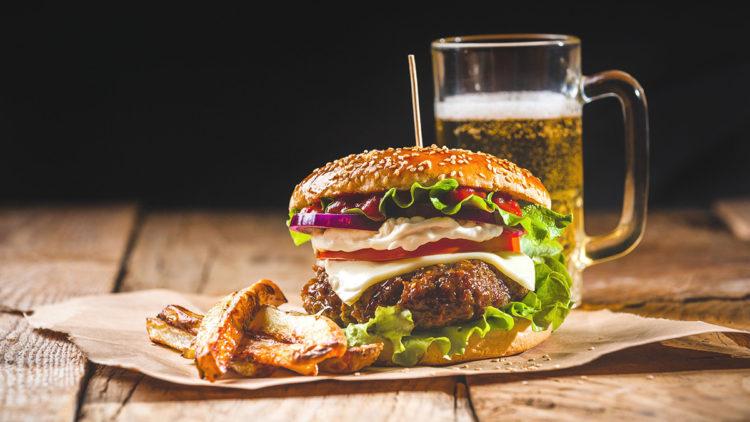 refeição de hambúrguer com bebidas na mesa, perda de peso