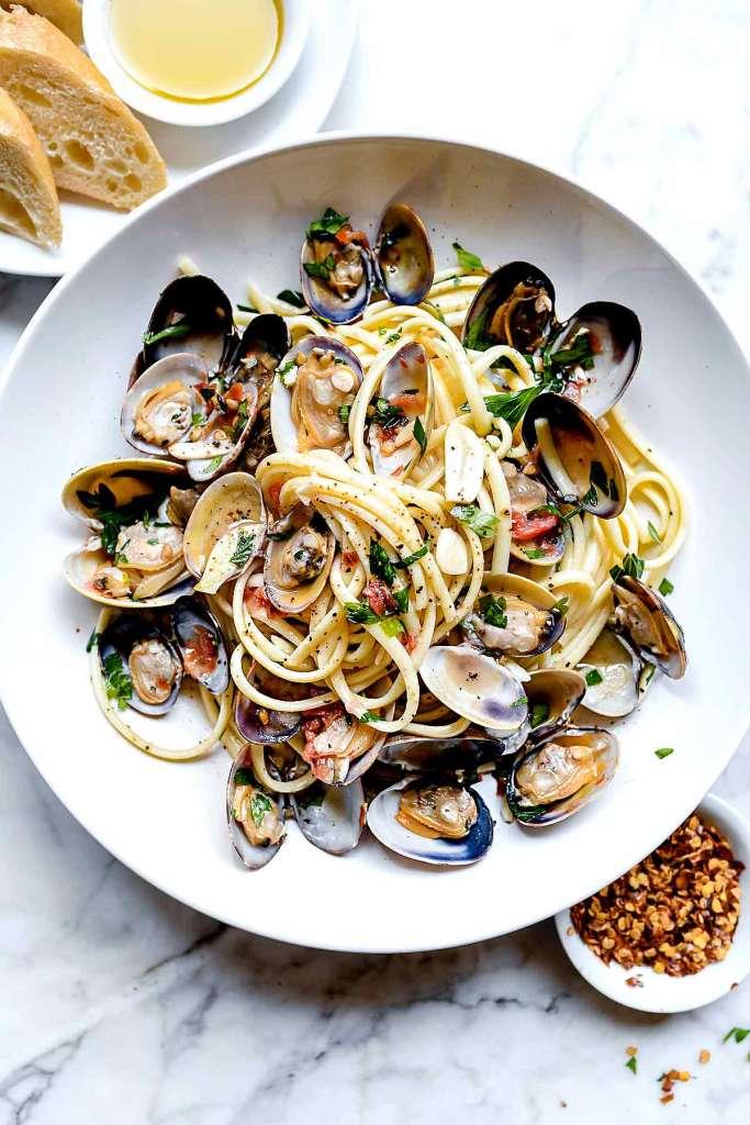 Easy Linguine with Clam Sauce Vongole | foodiecrush.com #clams #linguine #pasta