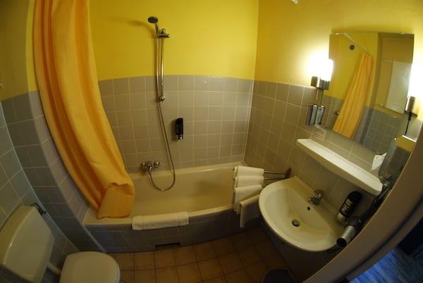 Hotel_alecsa_Olympiastadion_Berlin_bathroom