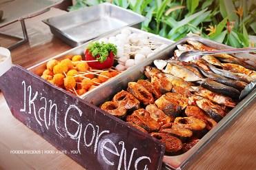 2 jenis ikan goreng dan 2 jenis berbola lautan goreng dengan sos asam dan air asam