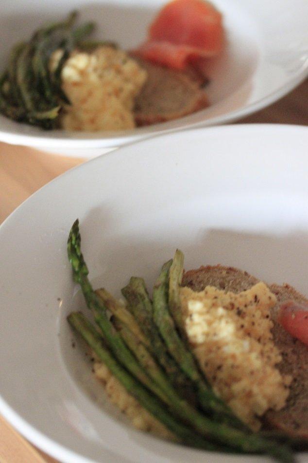 ontbijt recept roerei met groene asperges en zalm