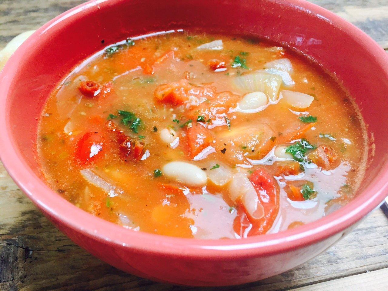 Witte bonen in tomatensoep Italiaanse tomatensoep recept foodblog Foodinista